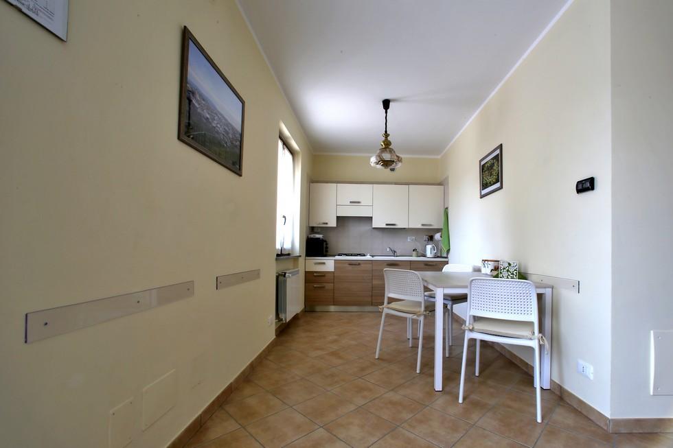 Cucina abitabile con tavolo per cena, pranzo, colazione