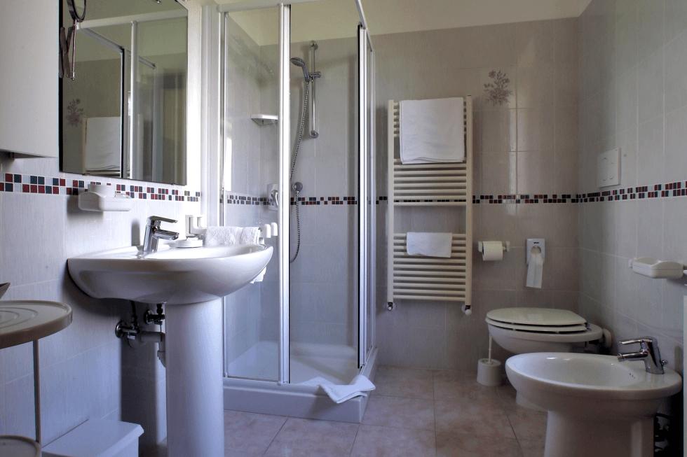 Bagno con accessori e doccia